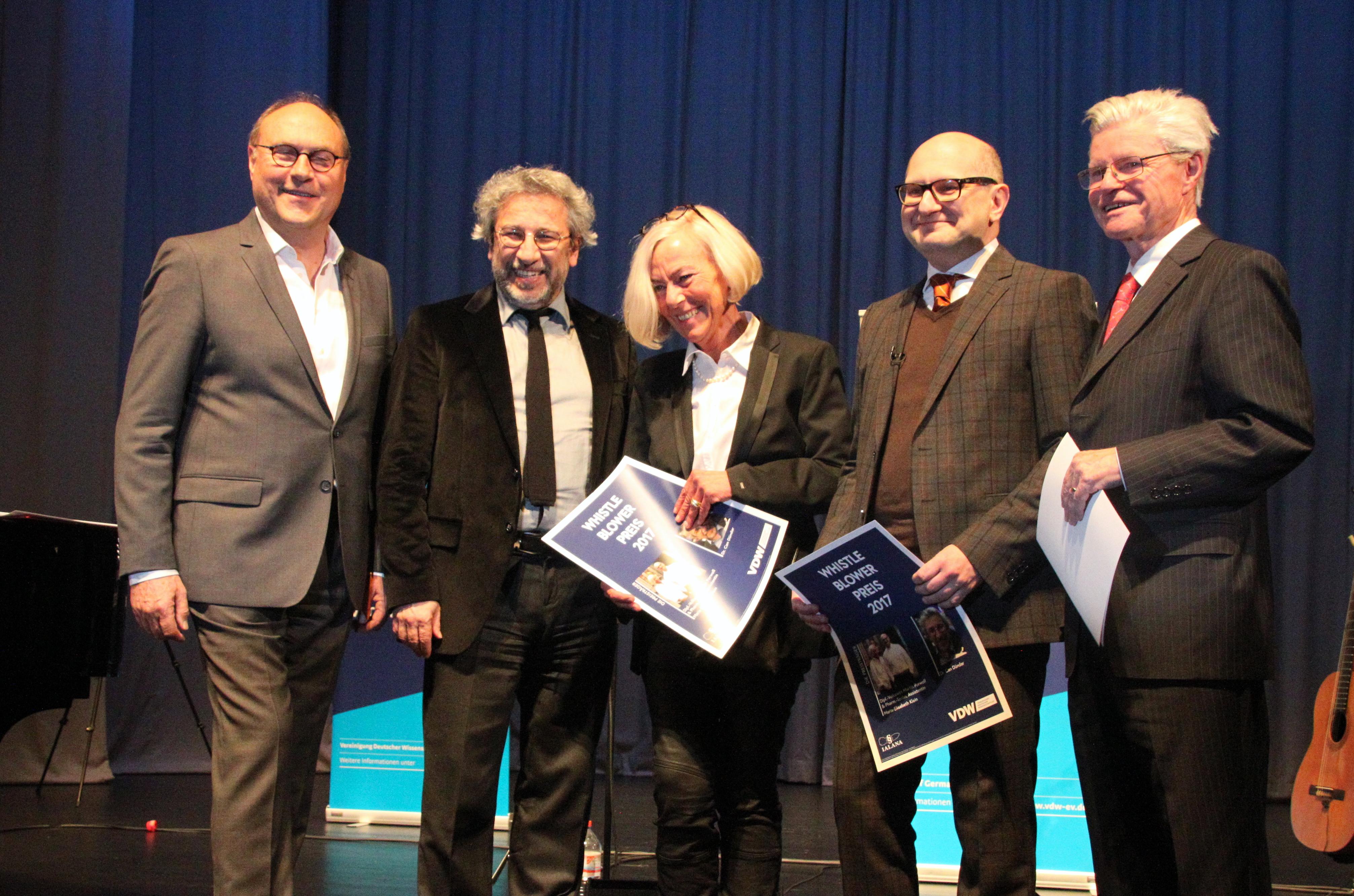 Maria-Elisabeth Klein, Martin Porwoll und Can Dündar mit Hartmut Graßl und ... bei der Verleihung des Whistleblower Preis 2017.