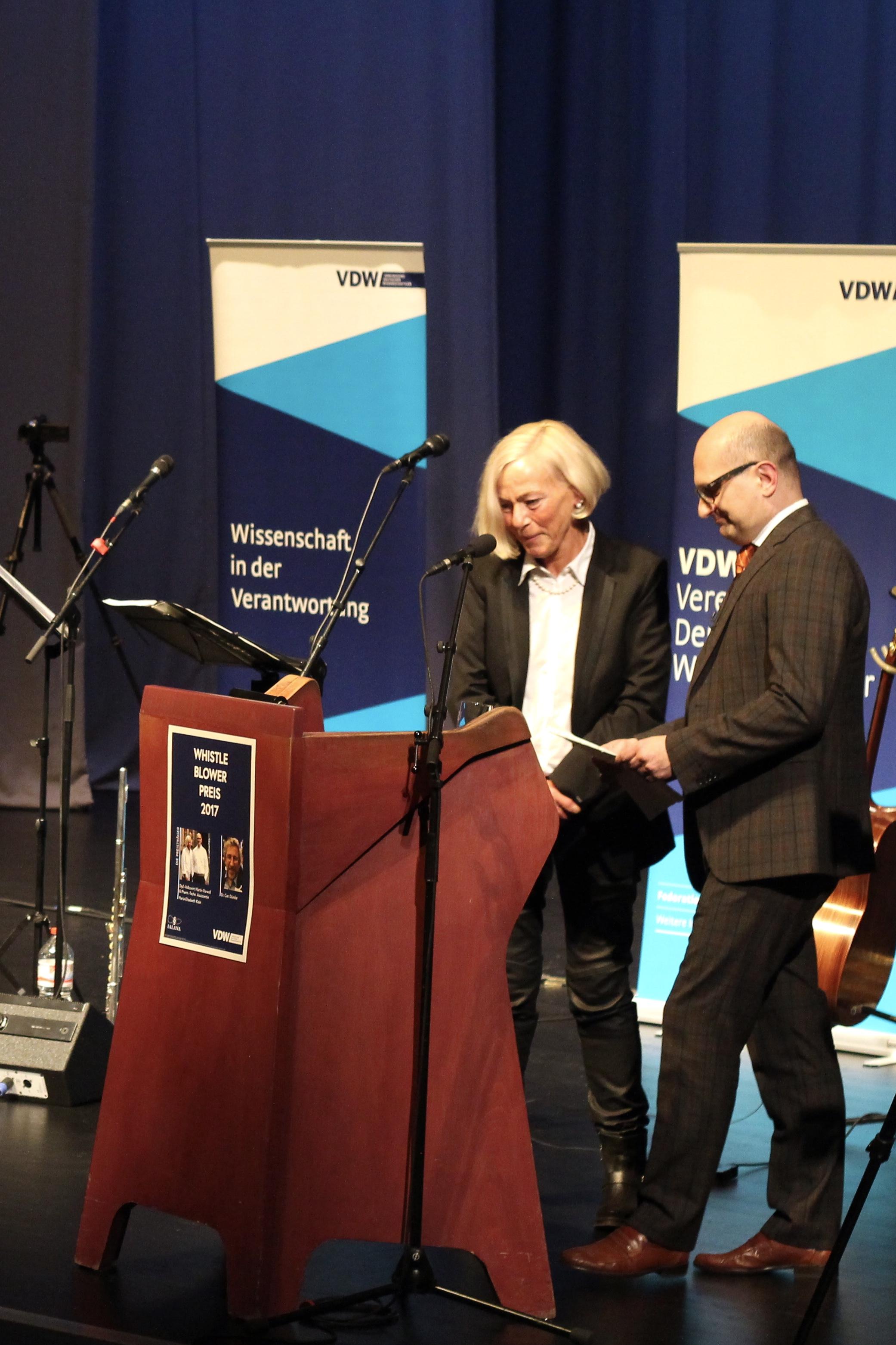 Maria-Elisabeth Klein und Martin Porwoll wird der Whistleblower Preis 2017 für ihre Arbeit überreicht.