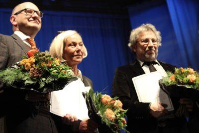Maria-Elisabeth Klein, Martin Porwoll und Can Dündar wird der Whistleblower Preis 2017 für ihre Arbeit überreicht.