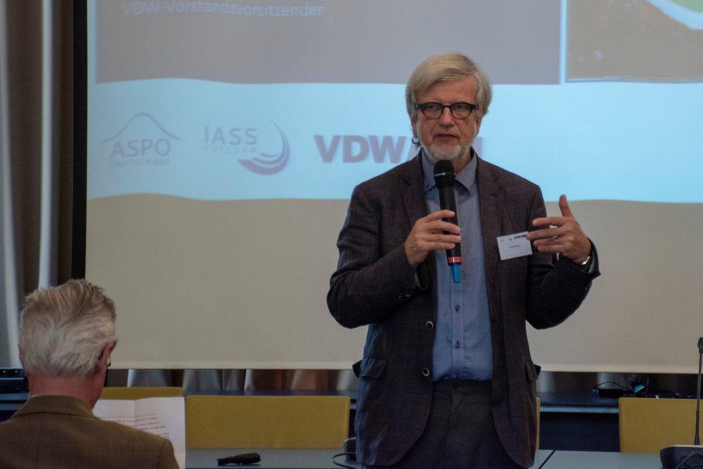 Ordwin Renn vom IASS Potsdam begrueßt die Gaeste der VDW Tagung Erdgasinfrastrukturen im postfossilen Europa