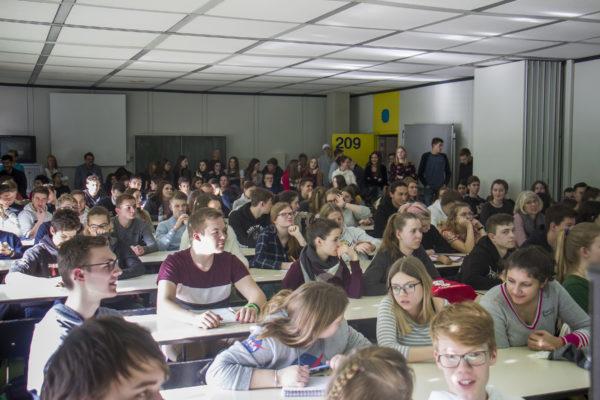 Schülerschaft des Gymnasiums Hohenlimburg zum Kooperationsstart mit der VDW