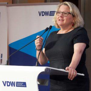 Svenja Schulze redet auf dem VDW Symposium WIr sind dran 2019