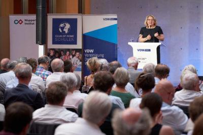 Svenja Schulze, Bundesumweltministerin, spricht auf dem Symposium Wir sind dran der Vereinigung Deutscher Wissenschaftler VDW