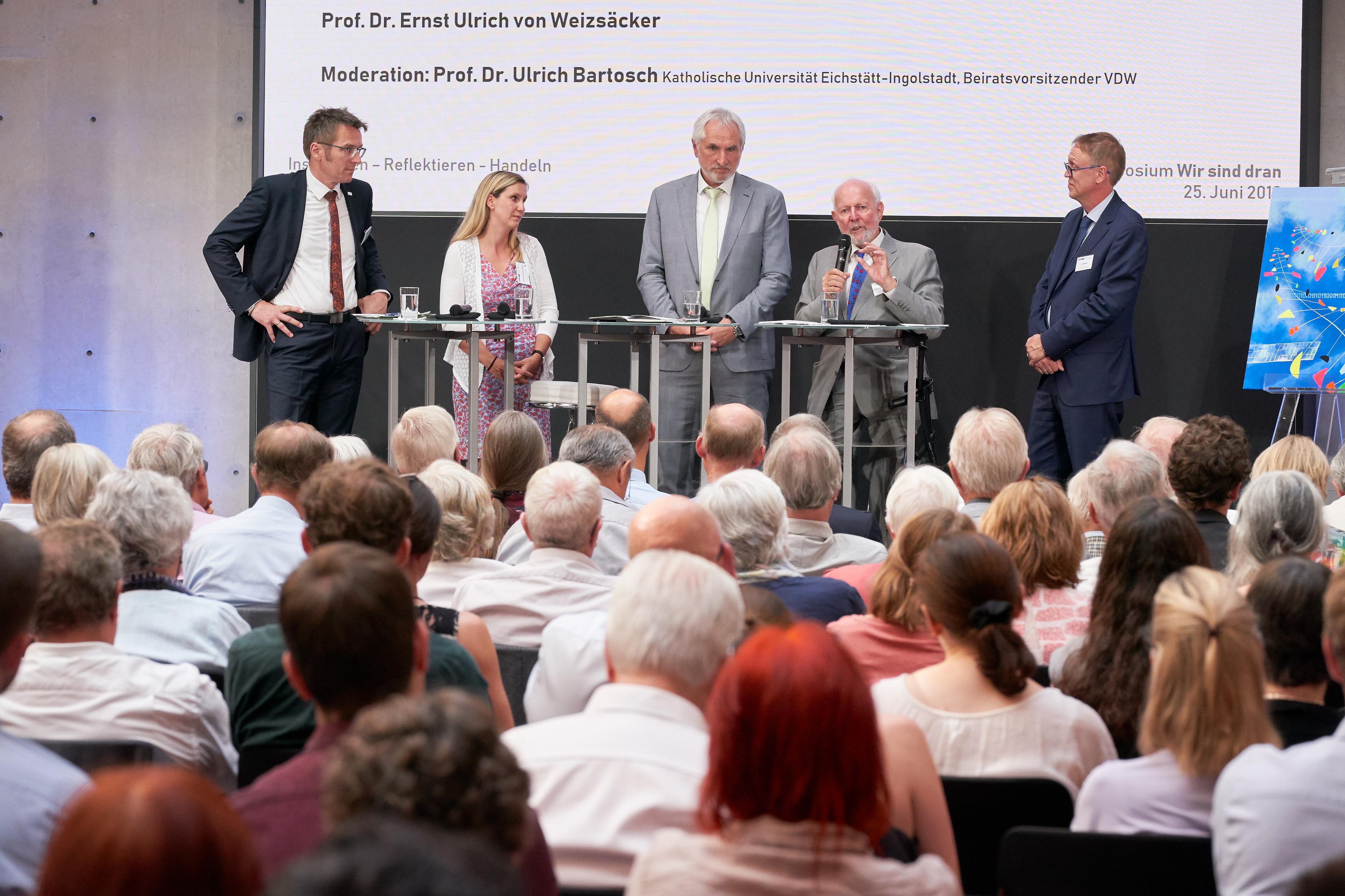 Die teilnehmenden Hochschulen auf dem Podium mit Ernst Ulrich von Weizsaecker.